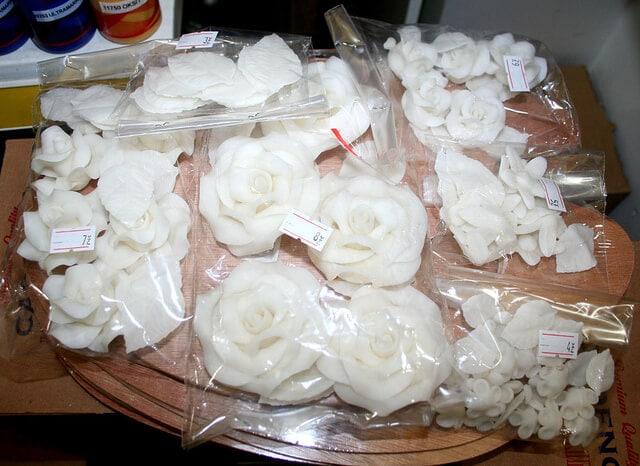 Tutkal hamurundan yapılmış seramik çiçekler