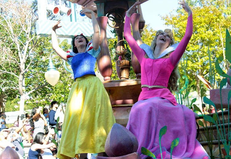 Mickeys-Soundsational-Parade-Disneyland-Park-cadde-sovu