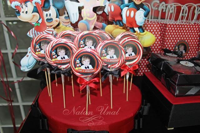 Mickey temalı kırmızı şekerler