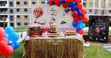 Seyahat temalı parti ürünleri masası